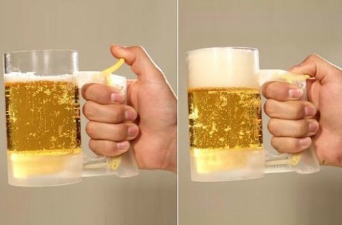 pinte de bière qui fait de la mousse
