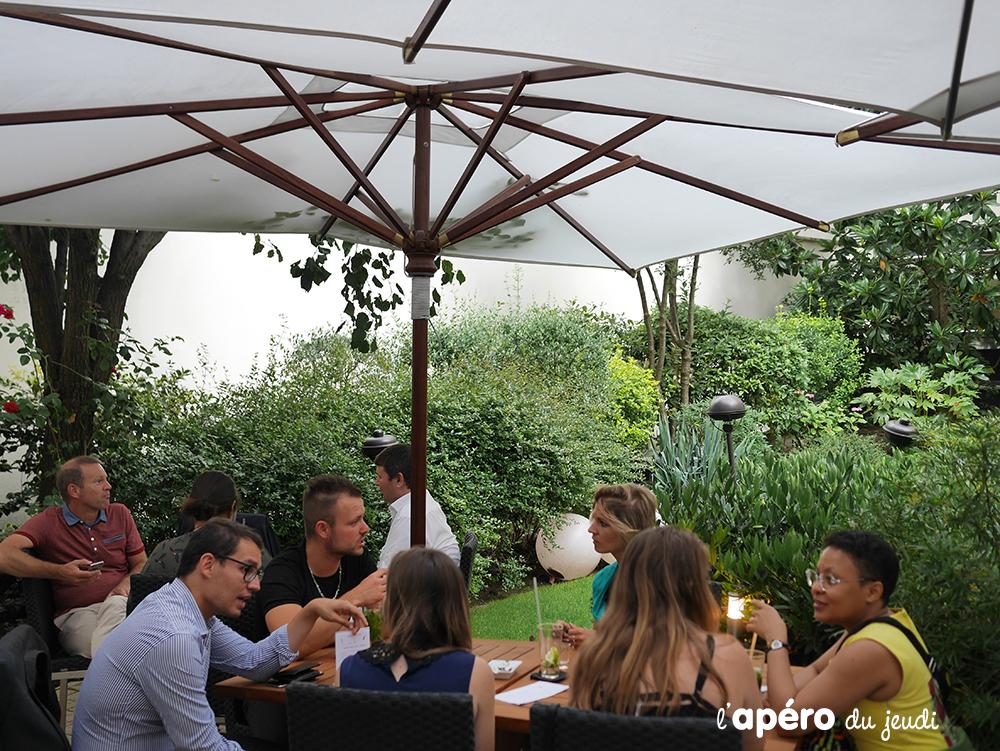 Le patio de l'hôtel Ampère : une terrasse de verdure à Paris pour Apero Voyage